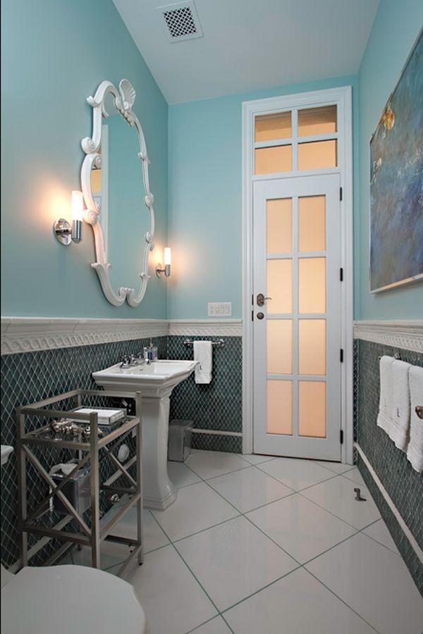 Настенные светильники у зеркала в ванной