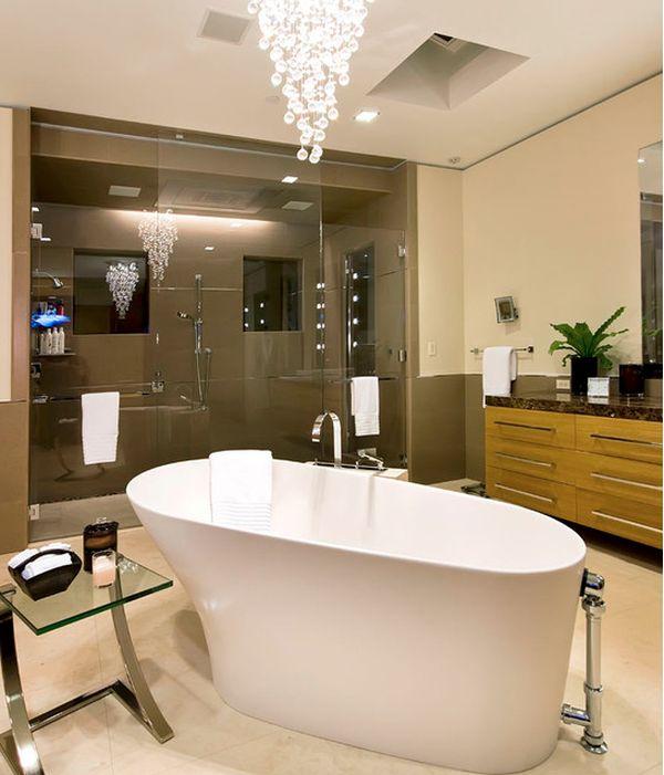 Роскошная люстра в ванной
