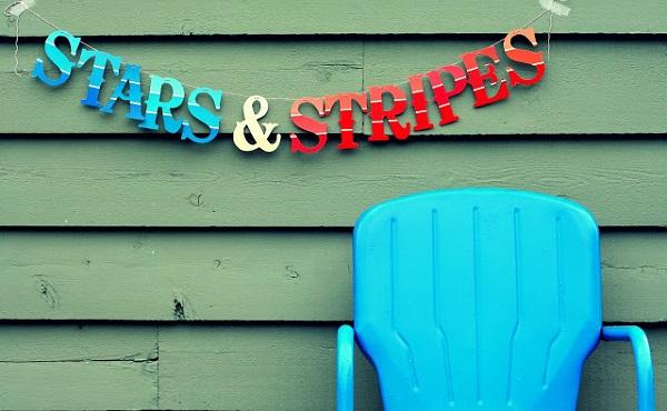 Баннер цветов американского флага и голубое кресло