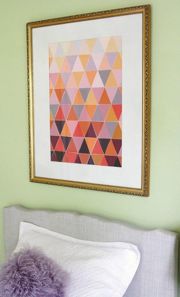 Картина с треугольниками переходящих цветов над кроватью