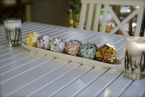 Разноцветные декоративные цветы на столе