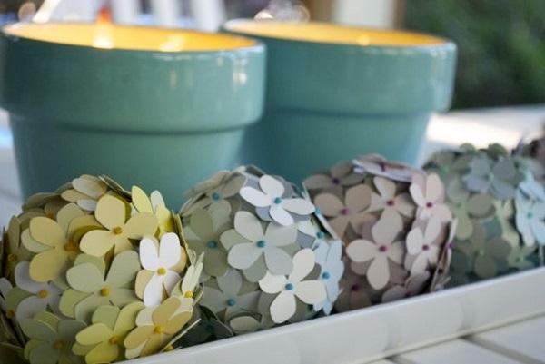 Разноцветные декоративные цветы и свечи