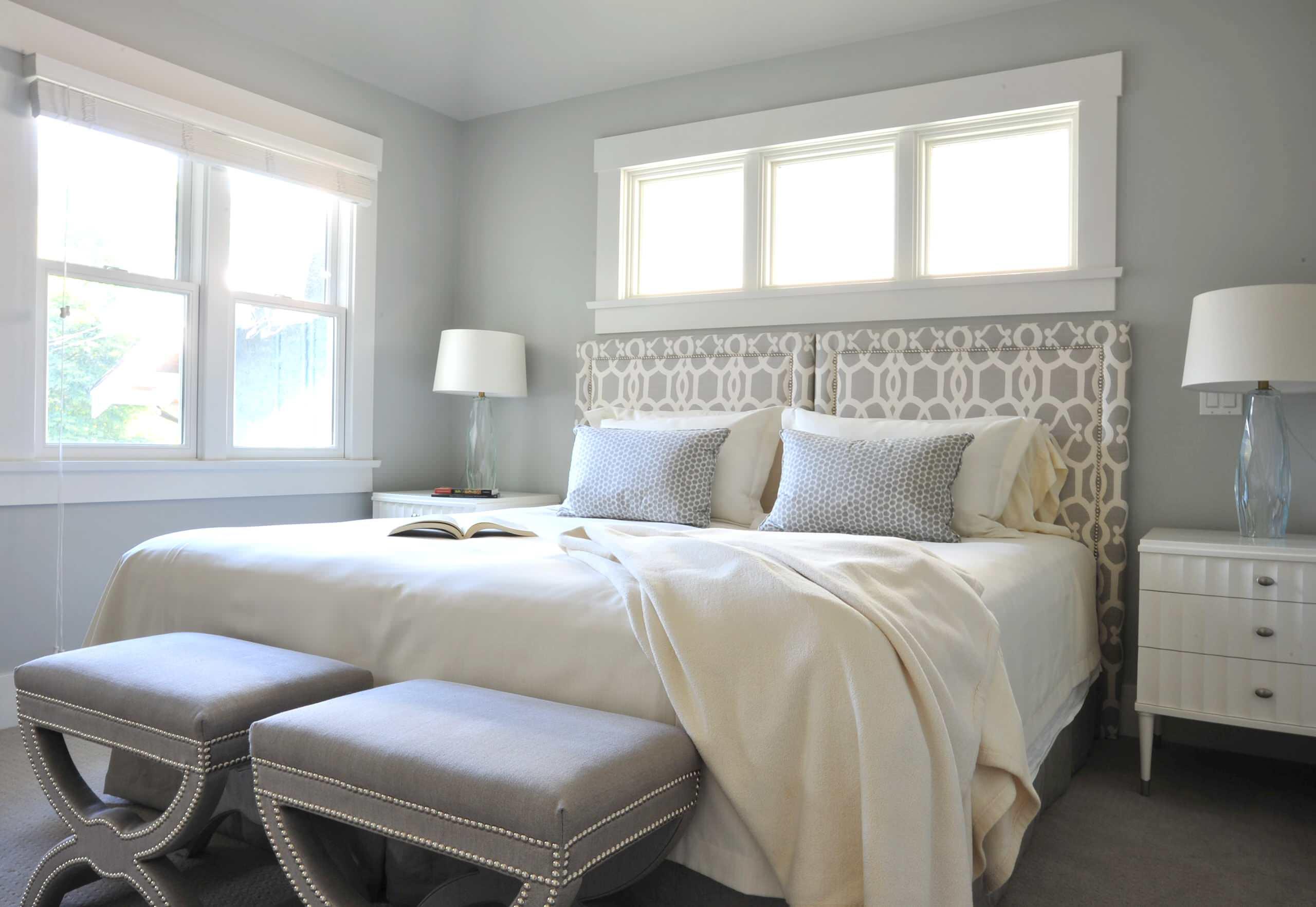 Узоры на изголовье кровати в спальне