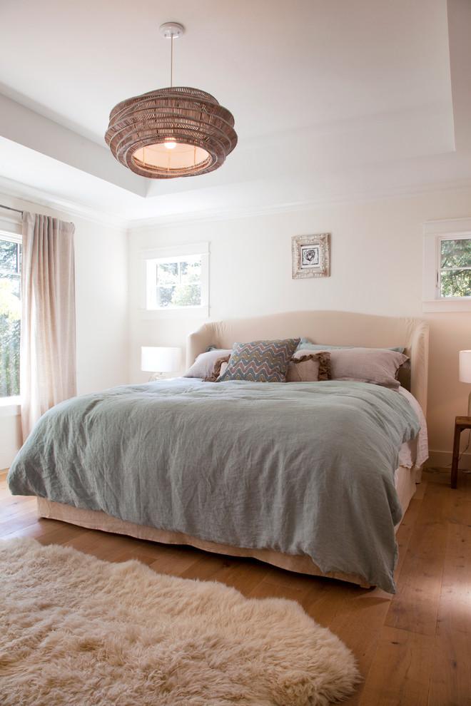 Двуспальная кровать на деревянном полу в спальне