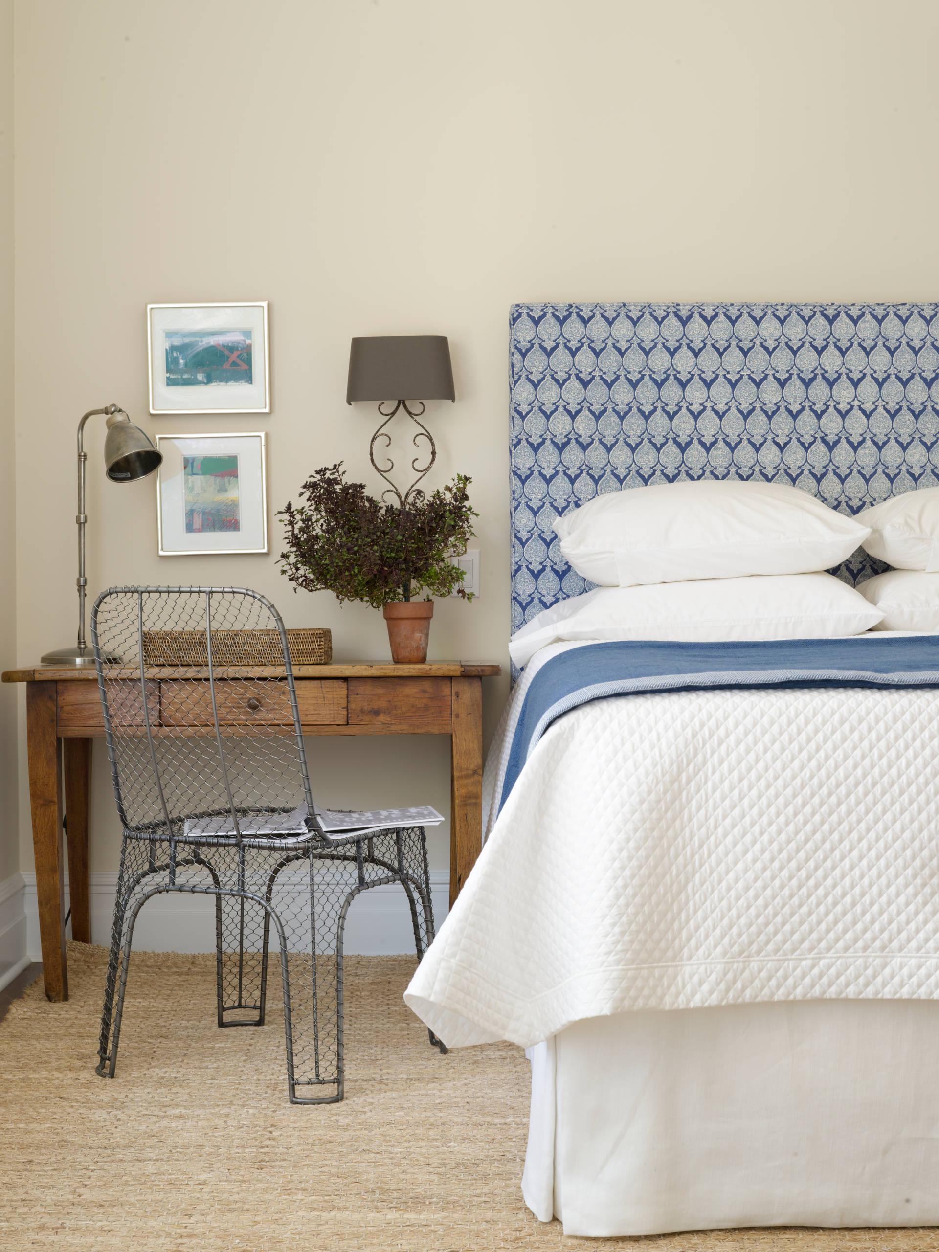 Высокая двуспальная кровать в спальне