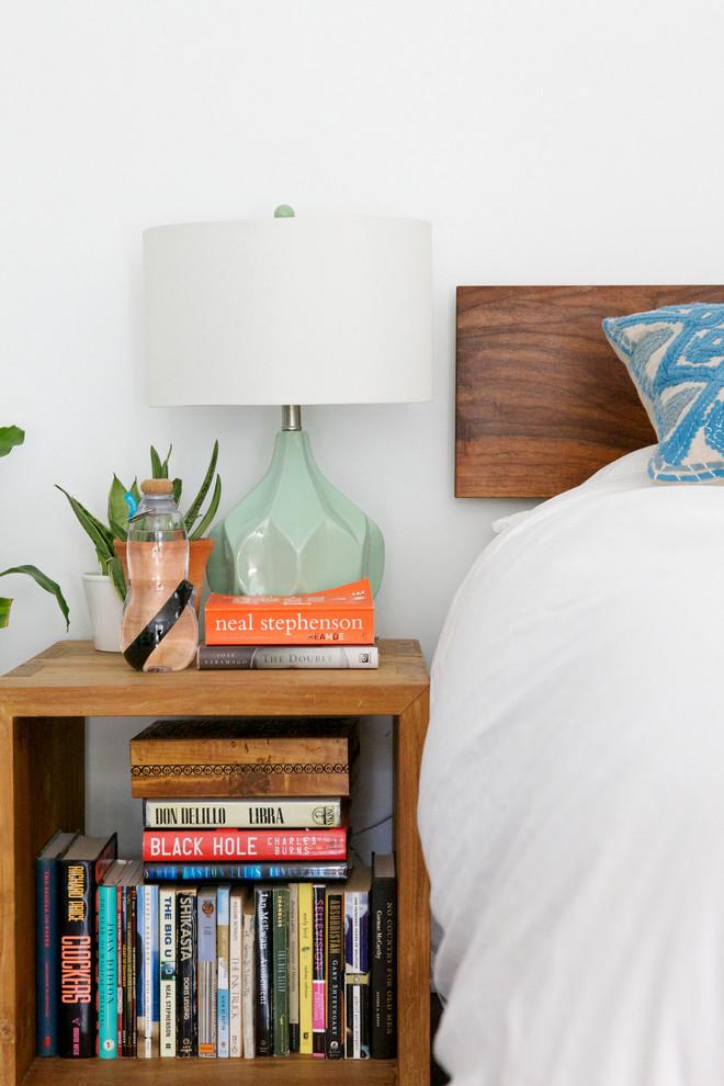 Деревянная прикроватная тумба в спальне