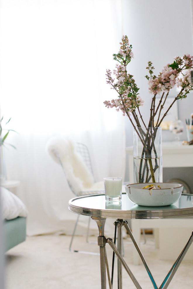 Круглый столик в спальне