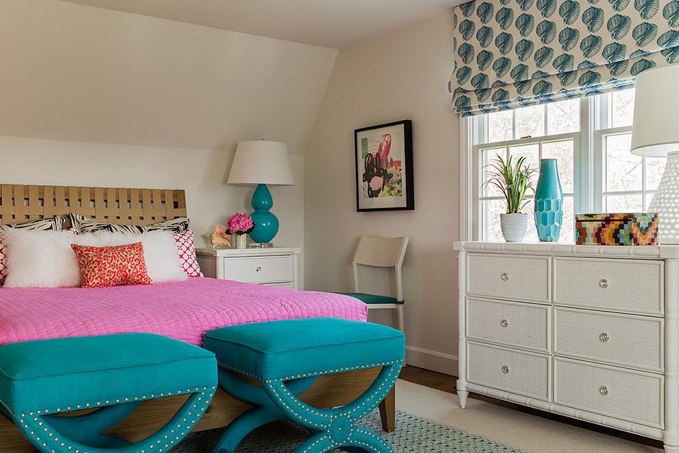 Розовое постельное белье на кровати в спальне