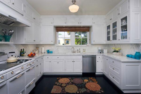 Ковёр с цветочным орнаментом на кухне