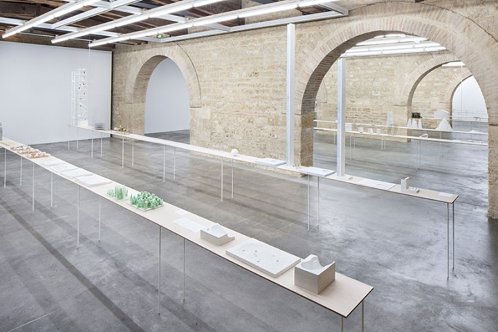 Белые витринные полки на выставке