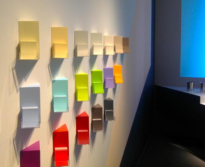Яркие цвета ассортимента на выставке