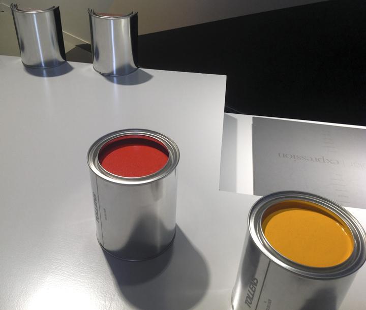 Банки с красками на выставке