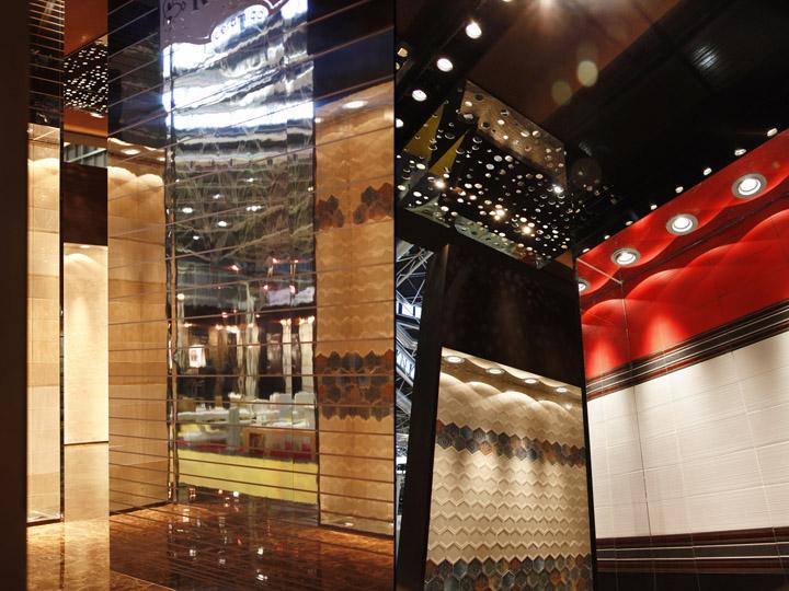 Зеркальные поверхности в павильоне на выставке