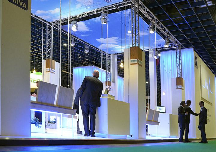 Белая мебель в павильоне на выставке
