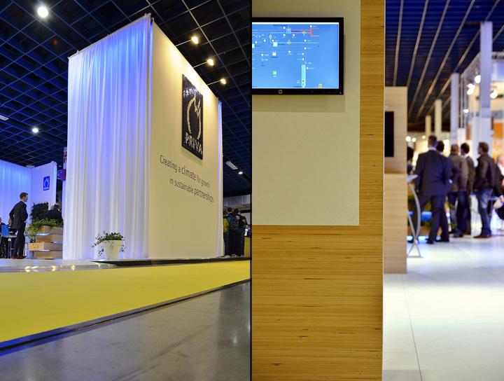 Бетонный пол и деревянная колона на выставке