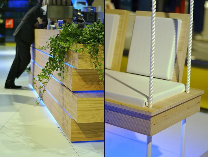 Деревянная стойка и скамья на выставке