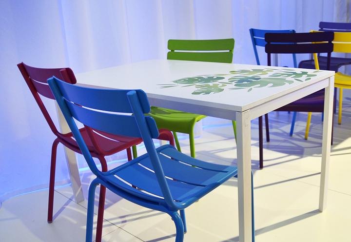 Разноцветная мебель на выставке