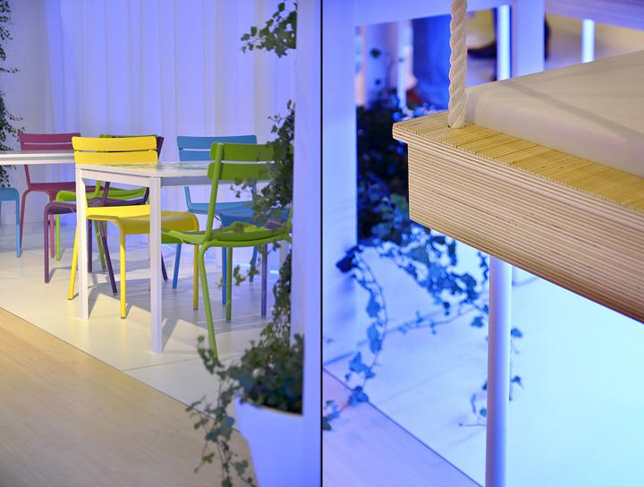 Паркет на полу и деревянная скамья на выставке