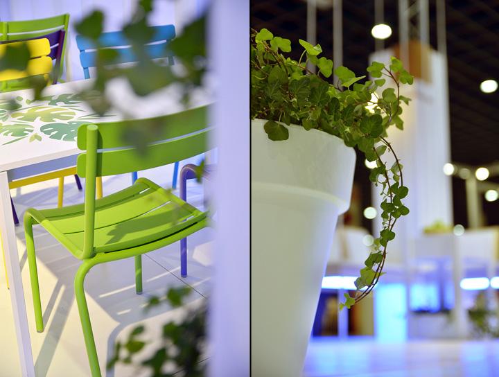 Яркий стул и растение на выставке