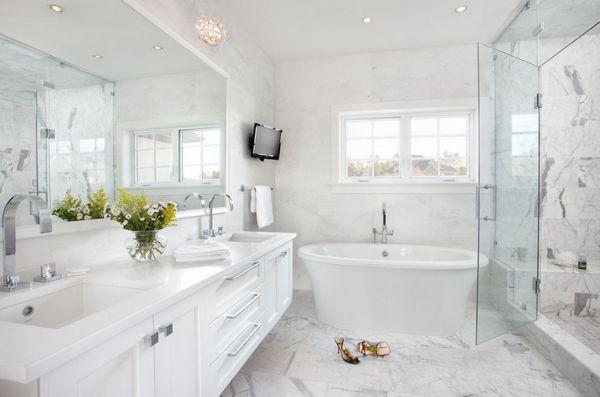 Дизайн маленькой ванной комнаты в белых тонах