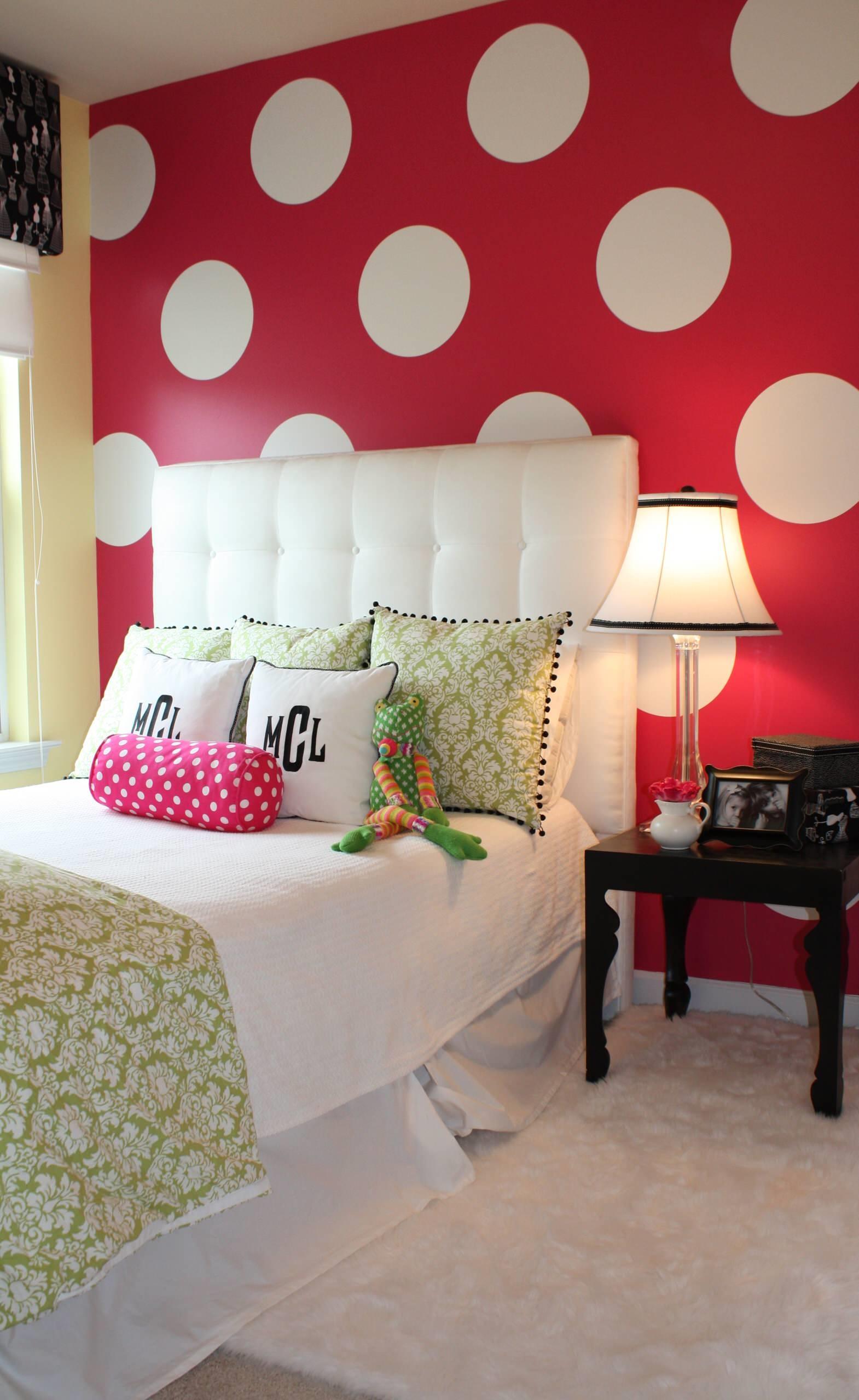 Яркая стена в спальне в американском стиле