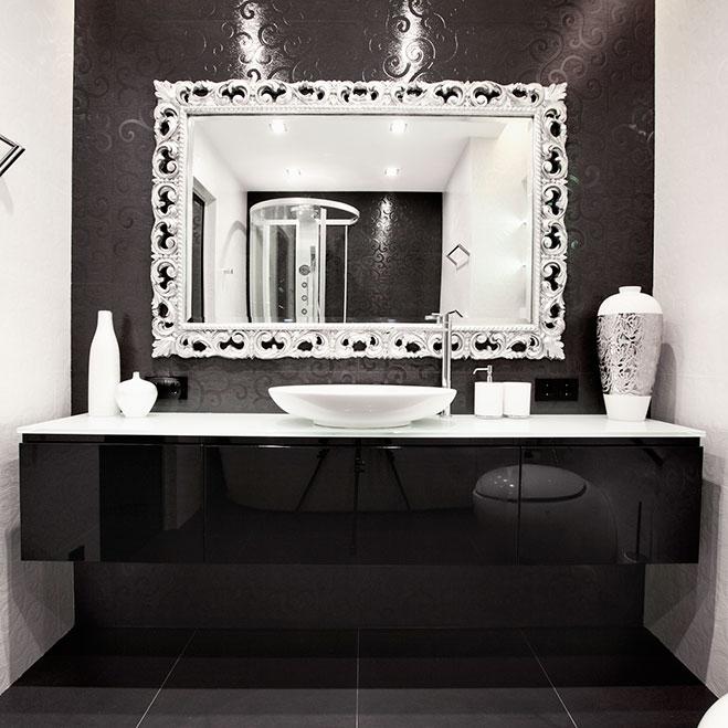 Красивое зеркало в интерьере ванной комнаты
