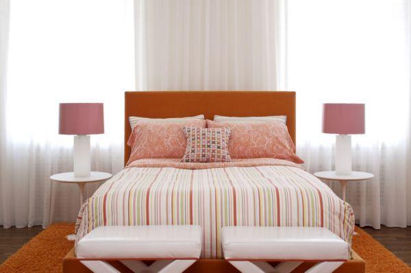 Полосатое постельное белье в спальне