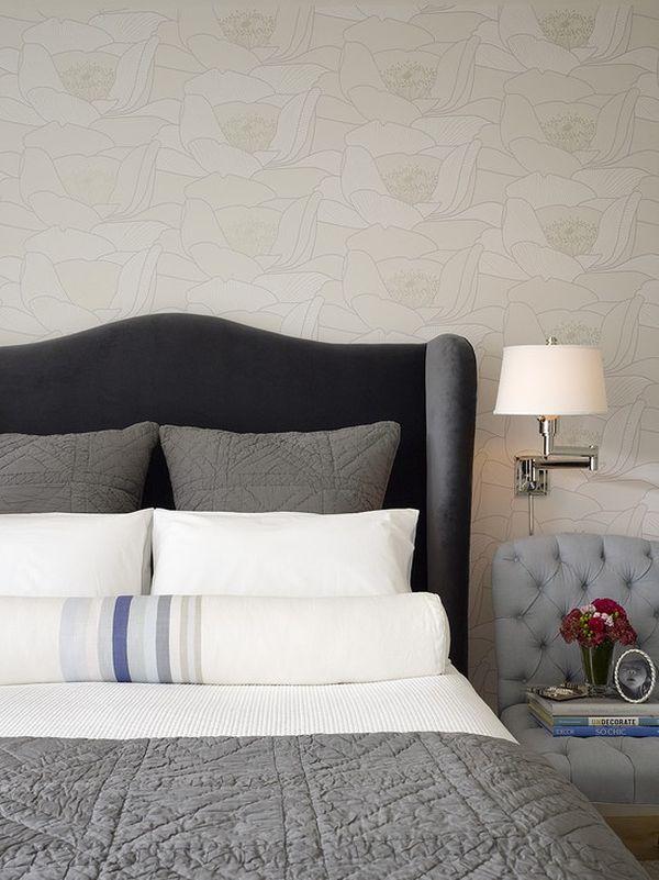 Яркий цветочный принт в оформлении стены в спальной комнаты