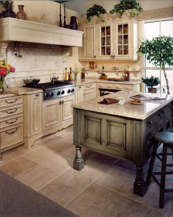 Изысканный интерьер бежевой кухни в тосканском стиле