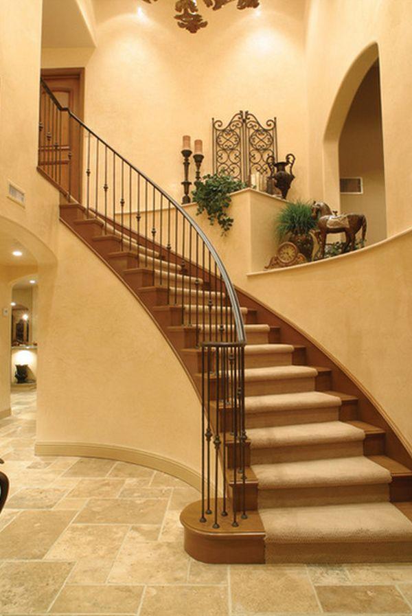 Бежево-коричневая лестница на второй этаж дома