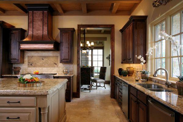 Бежево-коричневый интерьер кухни в тосканском стиле