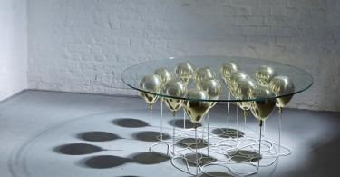 Уникальный дизайн стеклянного журнального столика с опорой в виде воздушных шаров