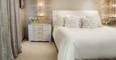 Светильник в интерьере спальной комнаты