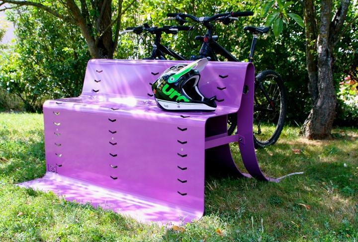 Фиолетовая уличная скамья