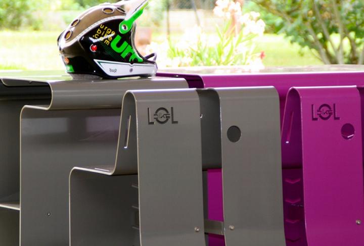 Серая и фиолетовая уличная скамья