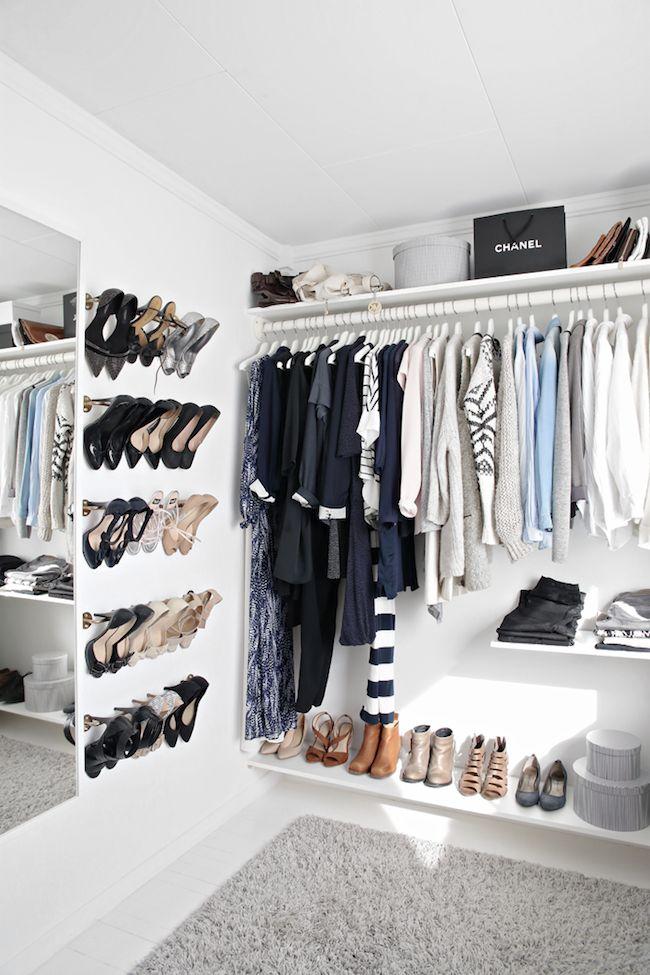 Белый открытый шкаф