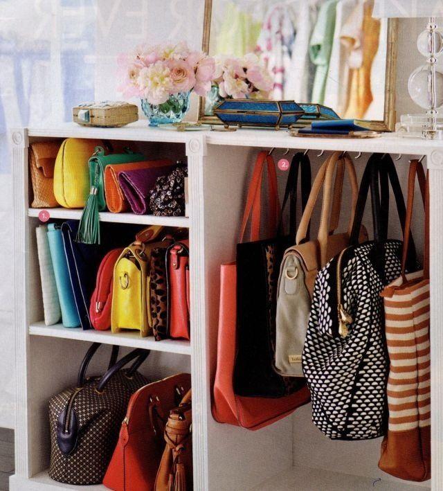 Хранения сумок на полке в шкафу