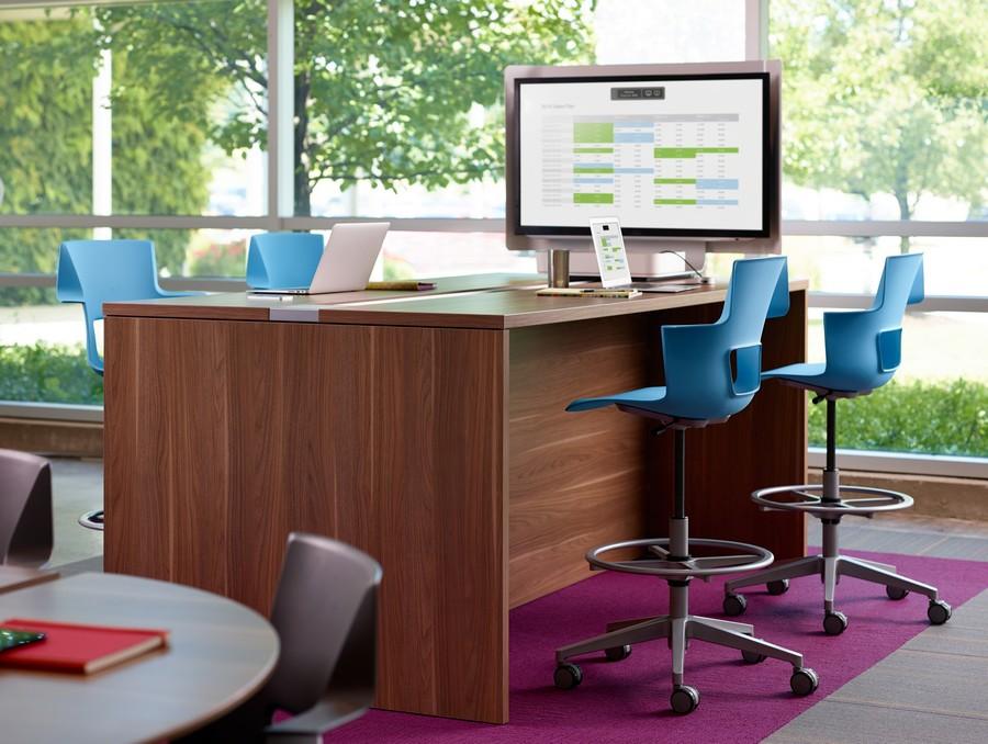 Голубые офисные кресла