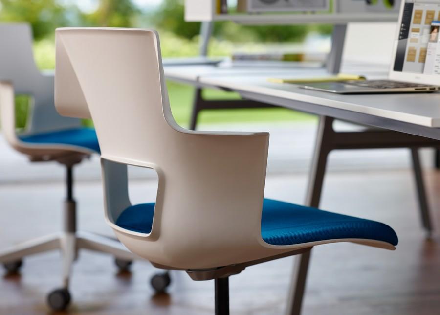 Белая спинка офисного кресла