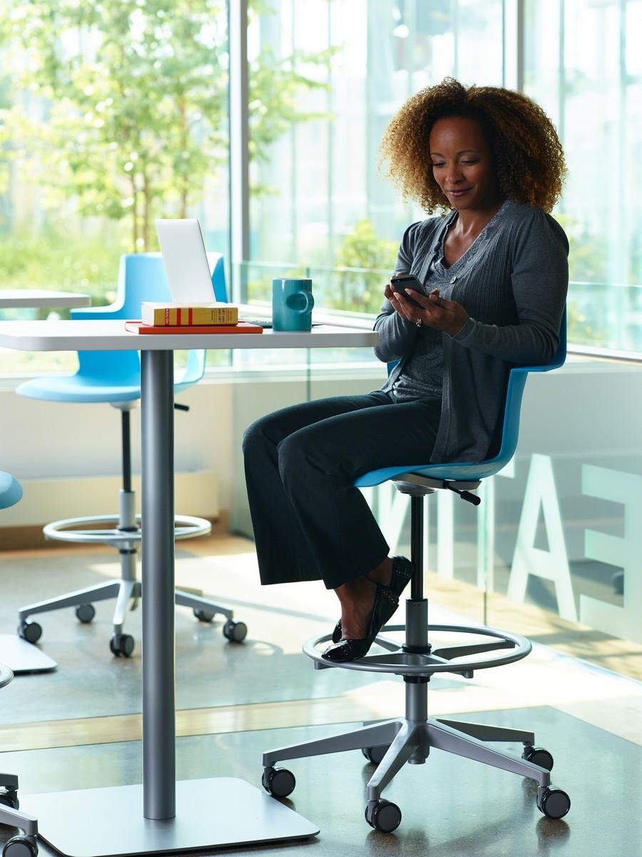 Высокий офисный стул голубого цвета