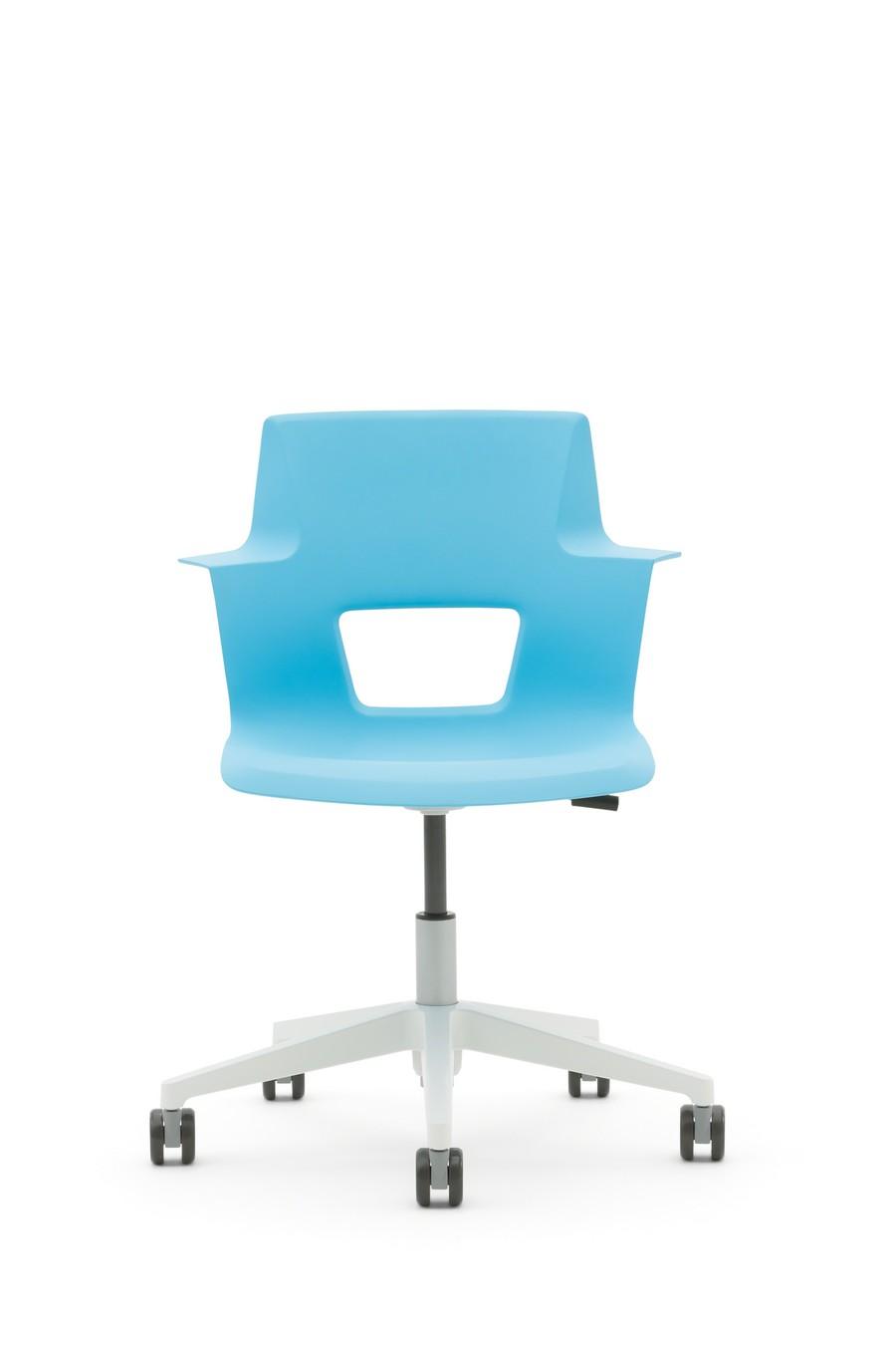 Офисное кресло голубого цвета