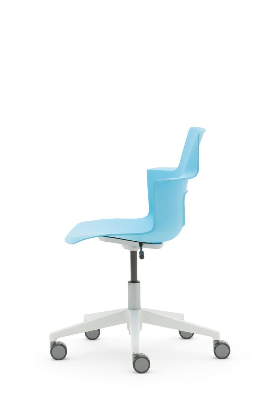 Подъемное офисное кресло голубого цвета