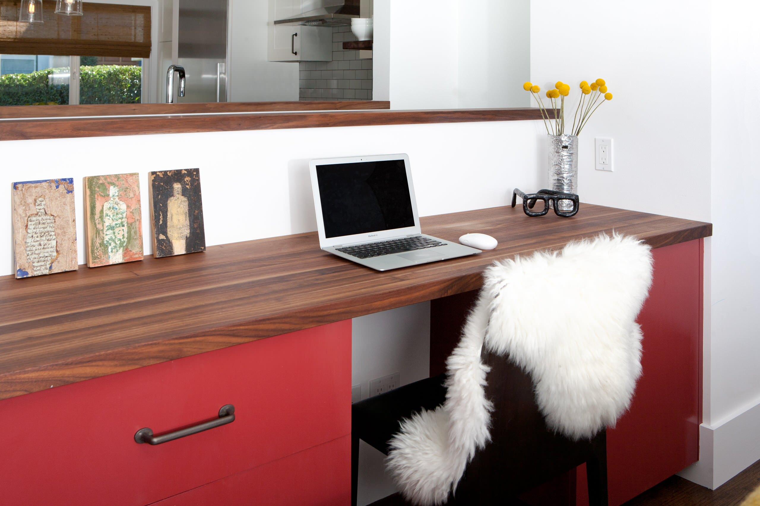 Красный шкафчик у рабочего стола