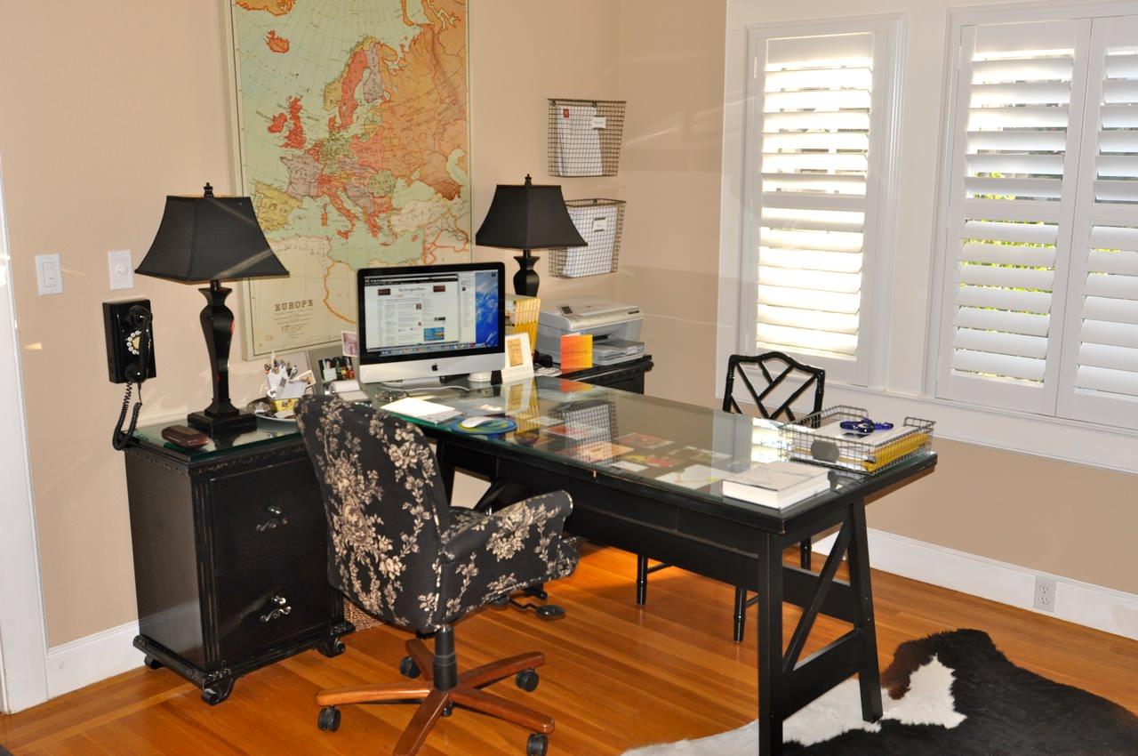 Рабочий стол черного цвета
