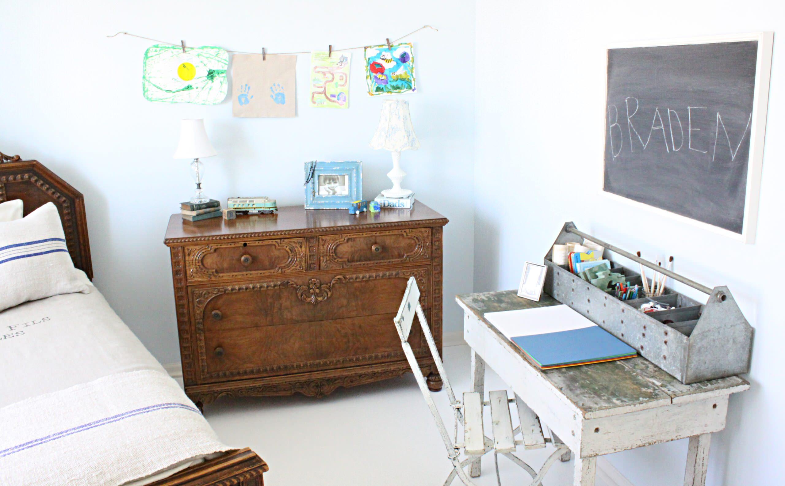 Белый рабочий стол в винтажном стиле
