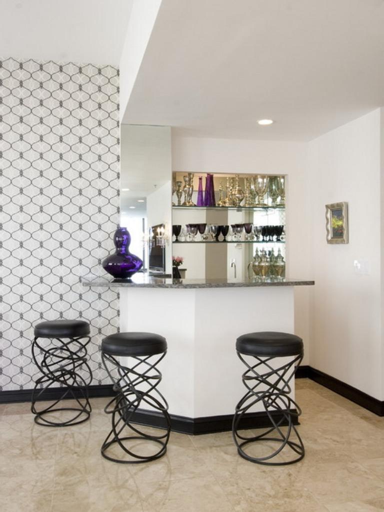 Оригинальные барные стулья на кухне