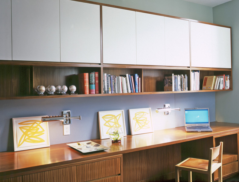 Поворотные настенные светильники в домашнем офисе