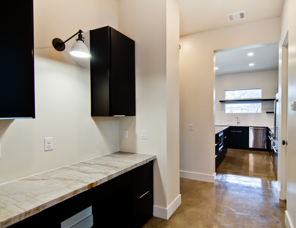 Настенный светильник с черным держателем в домашнем офисе