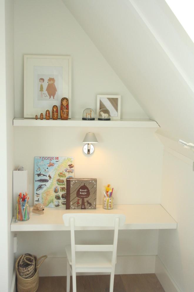 Белый цвет настенного светильника в домашнем офисе