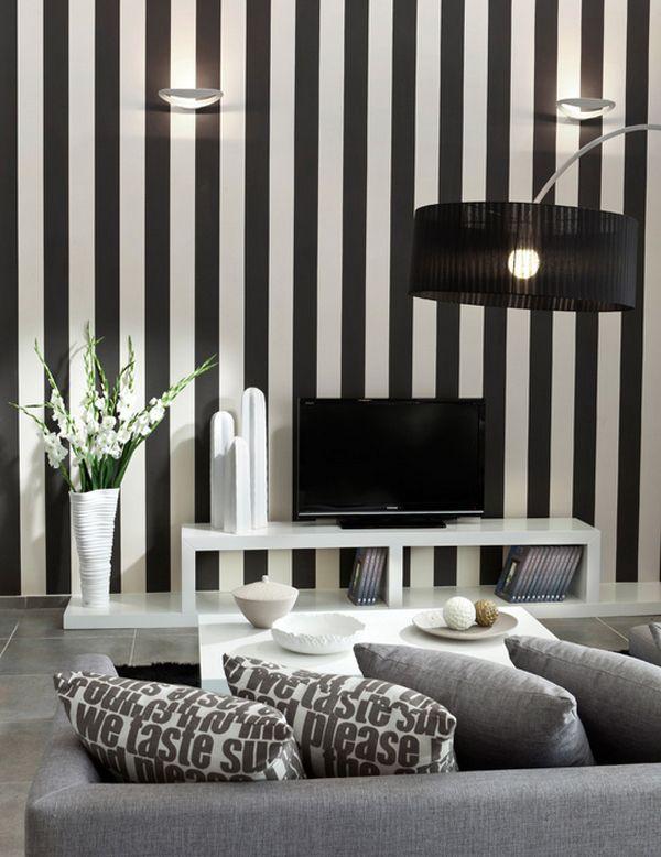 Вертикальные полосы на стенах в гостиной